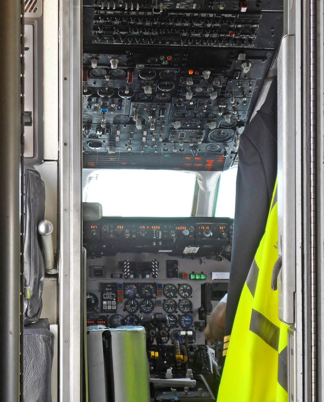 Dentro do cockpit de um avião comercial