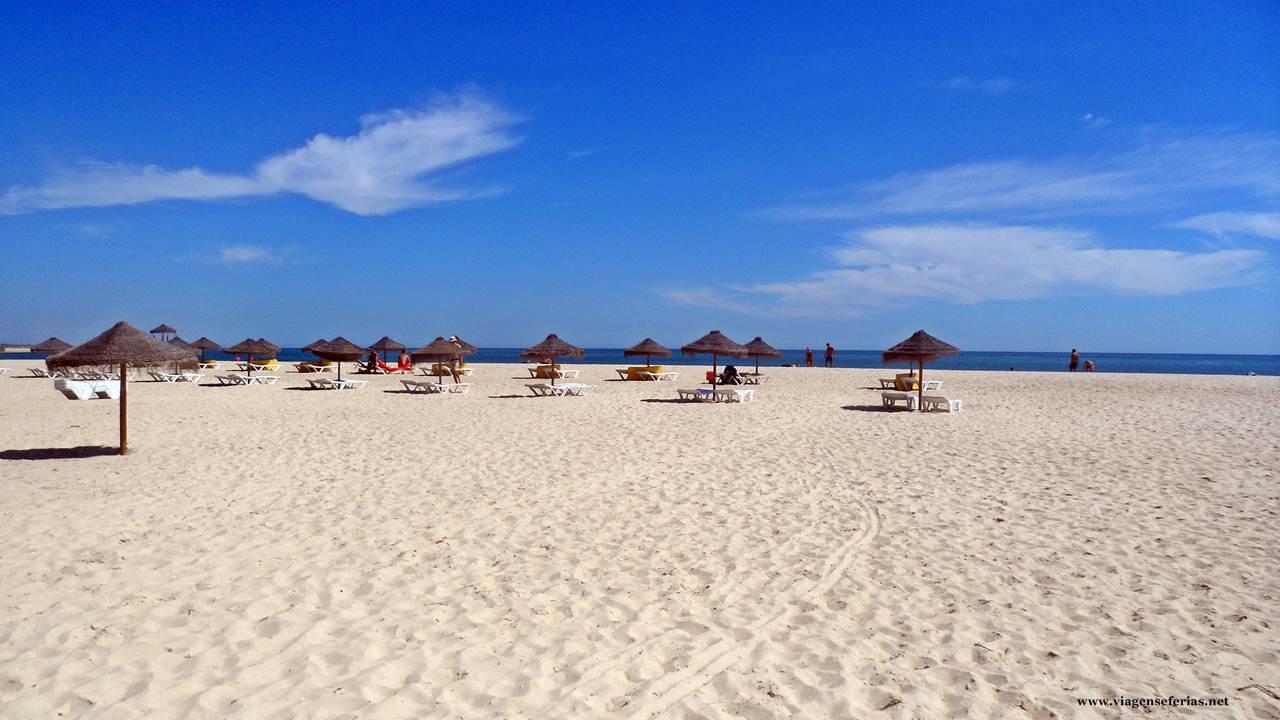 Praia Armona-Mar, zona concessionada com chapéus de sol e cadeiras