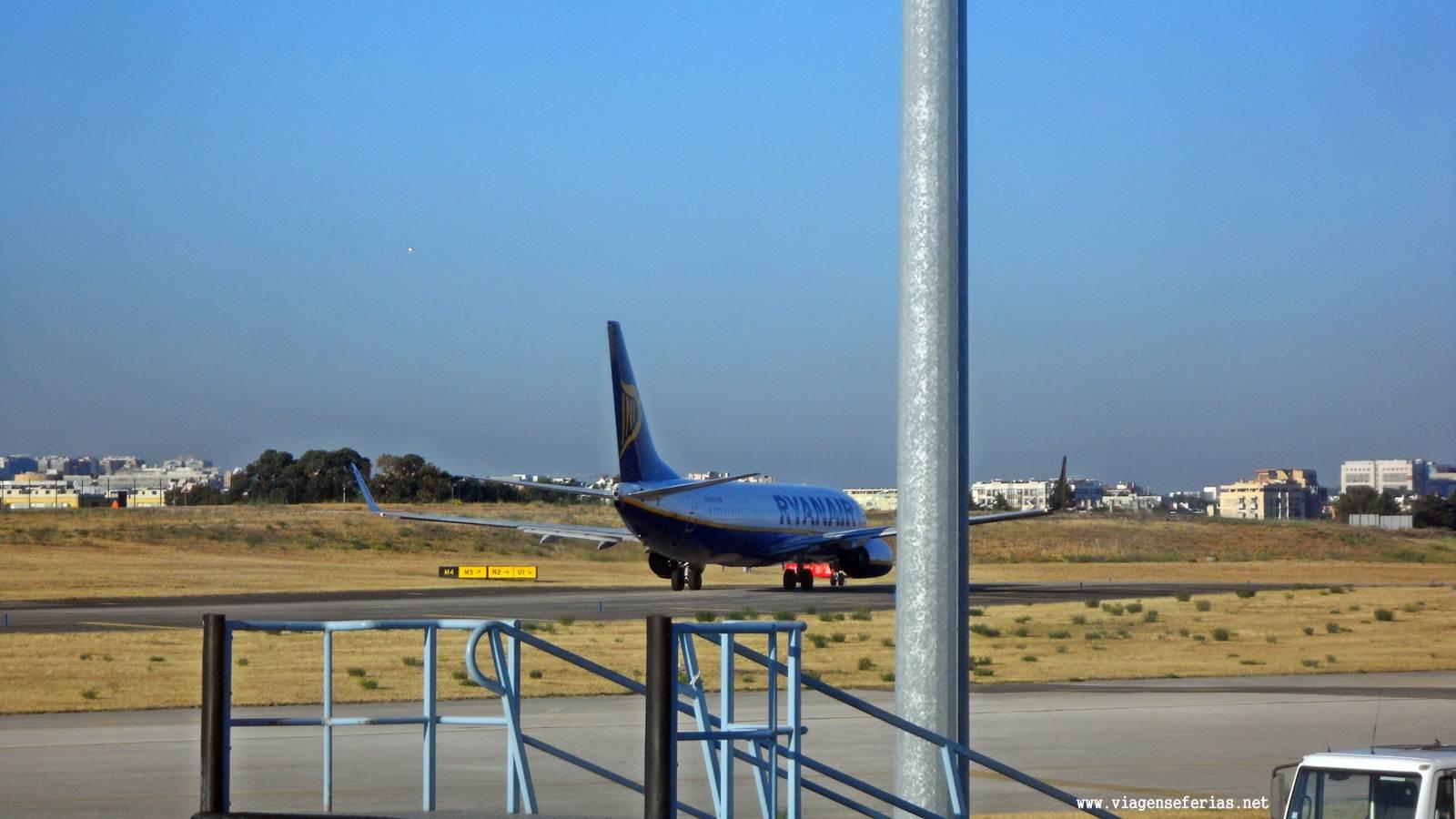 Avião da Ryanair na placa do aeroporto da Portela em Lisboa