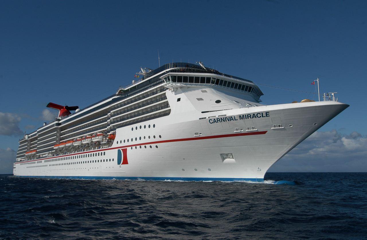O navio de cruzeiros Carnival Miracle em navegação no mar
