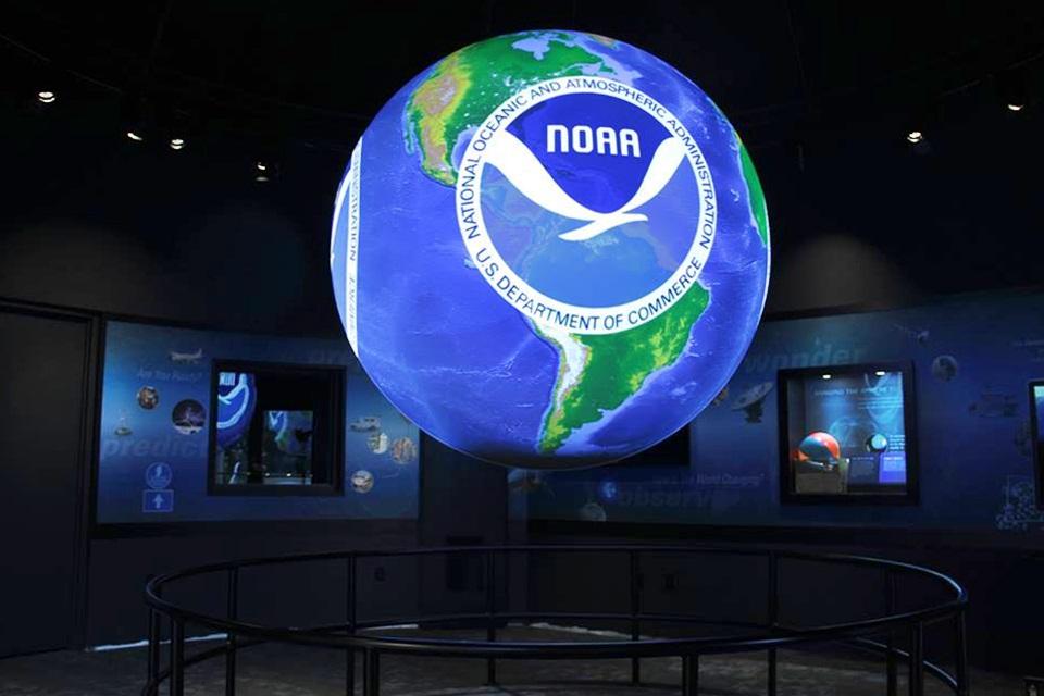 Globo terrestre iluminado com Logo da NOAA