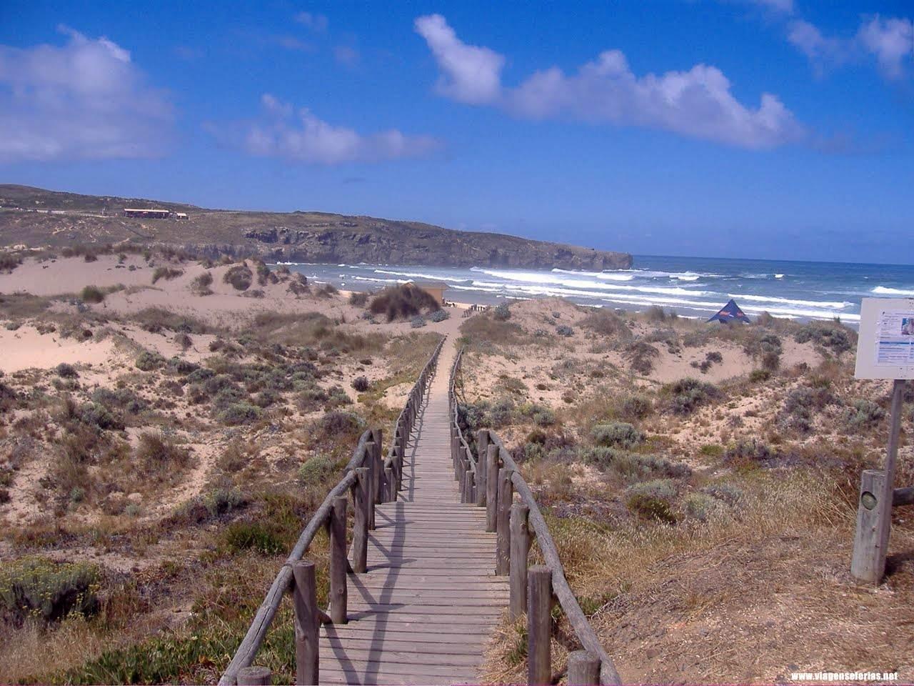 Chegada à Praia da Amoreira com uma das passadeiras por entre as dunas
