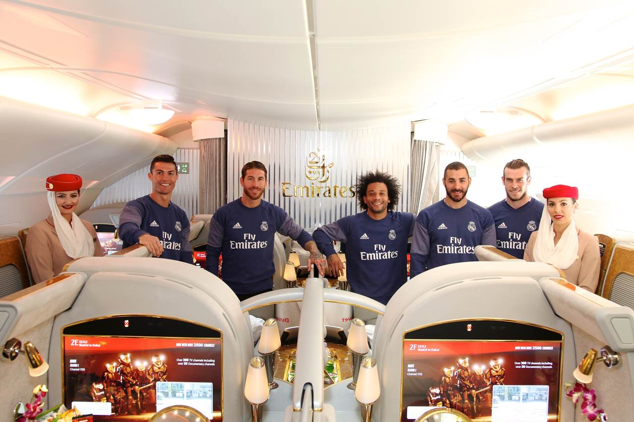 Jogadores do Real Madrid com a tripulação a bordo da cabine First do Emirates A380