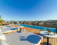 Terraço com piscina do hotel The One Barcelona by H10 Hotels