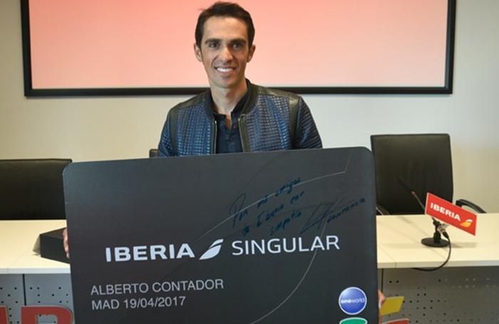 Ciclista Alberto Contador mostra o seu cartão Iberia singular