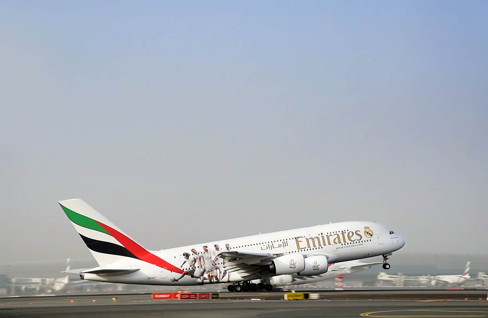 A380 da Emirates com pintura do Real Madrid a descolar do aeroporto de Barajas em Espanha