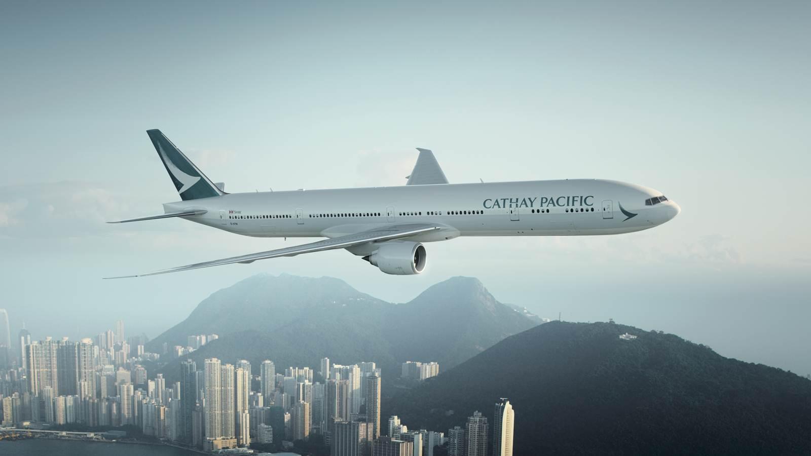 Aeronave da Cathay Pacific a sobrevoar Hong Kong