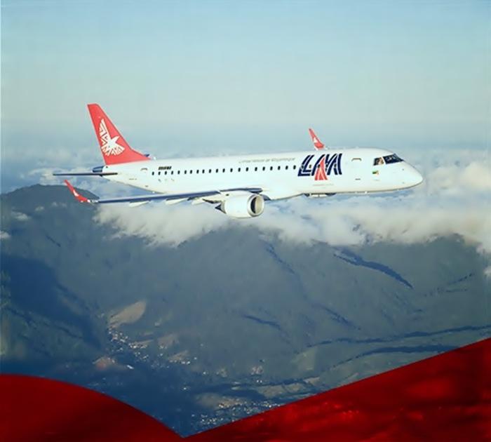 Avião em voo da LAM - Linhas Aéreas de Moçambique
