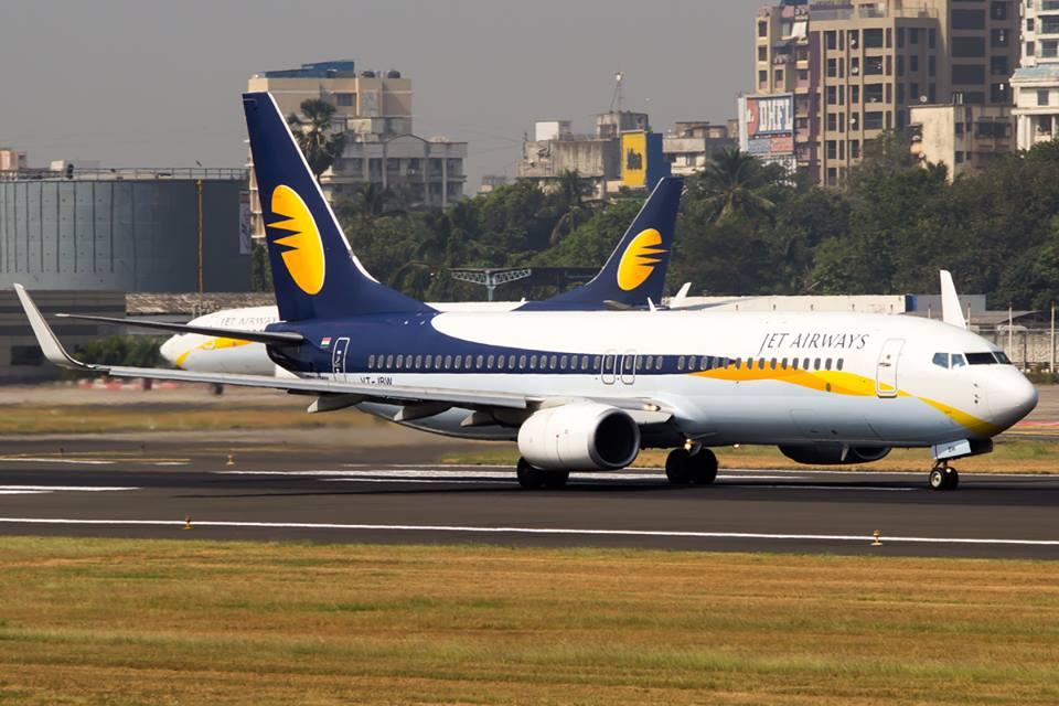 2 aeronaves da companhia aérea Jet Airways num aeroporto da Índia