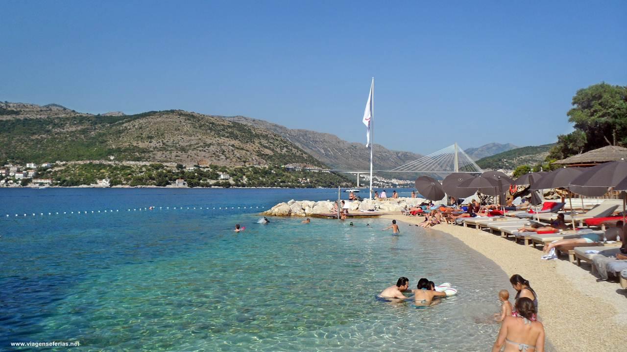 Praia Cava em Dubrovnik na costa do mar Adriático