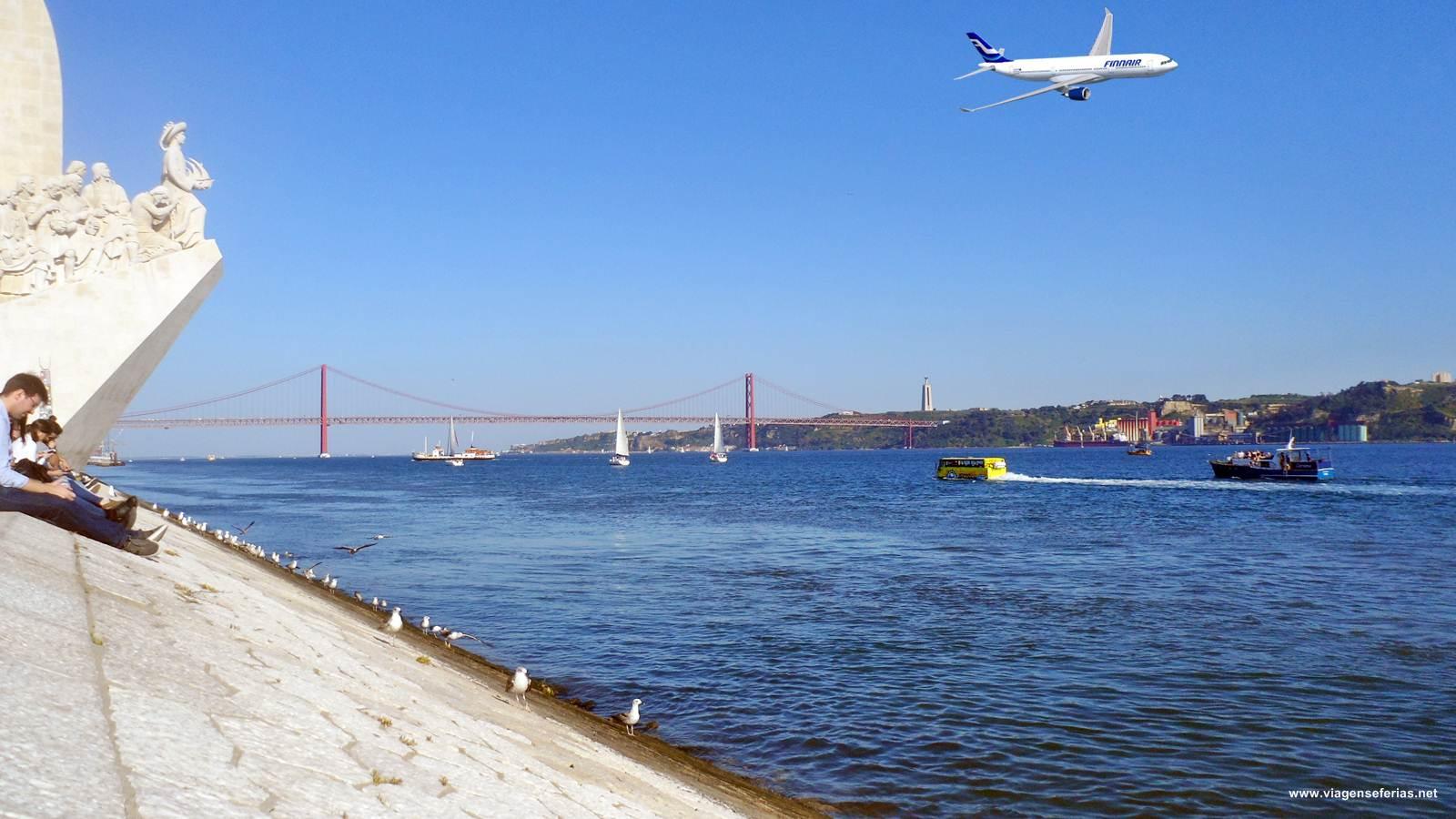 Avião da Finnair a voa sobre a cidade de Lisboa