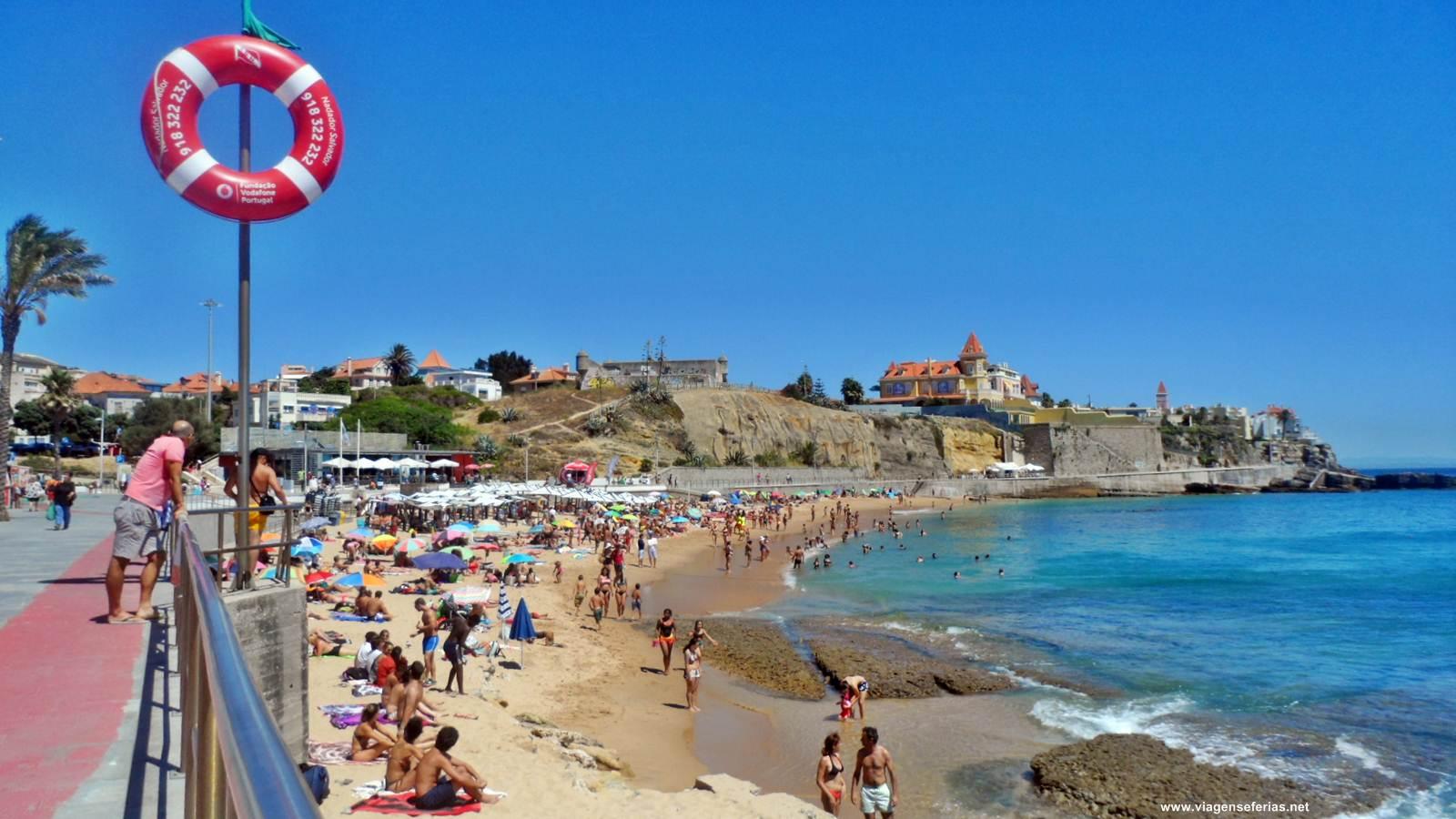 Areal com banhistas da praia da Poça em São João do Estoril durante o Verão