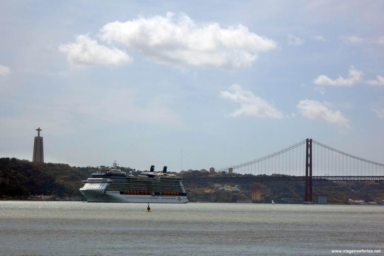 Vista sobre o Tejo em Lisboa para onde a Ryanair vai voar desde Bruxelas Charleroi