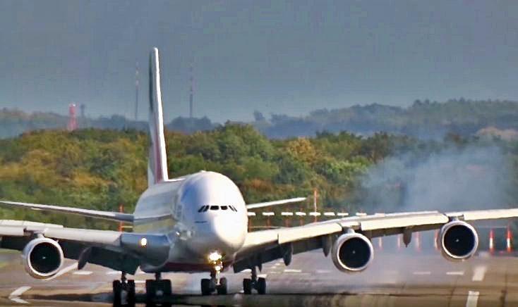 A380 da Emirates a aterrar em Dusseldorf sob tempestade Xavier