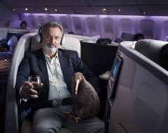 Kiwi Pete e actor Sam Neill na campanha da Air New Zealand