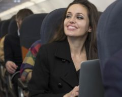 "Personagem a imitar Angelina Jolie para a ""Air Time"" da easyJet"