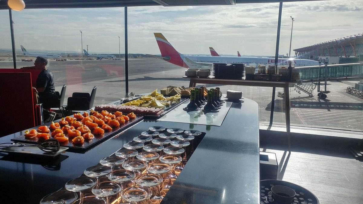 Zona buffet do Lounge Velázquez da Iberia no aeroporto de Madrid