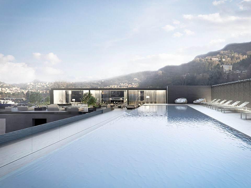 Piscina infinita no terraço do hotel Hilton Lake Como em Itália