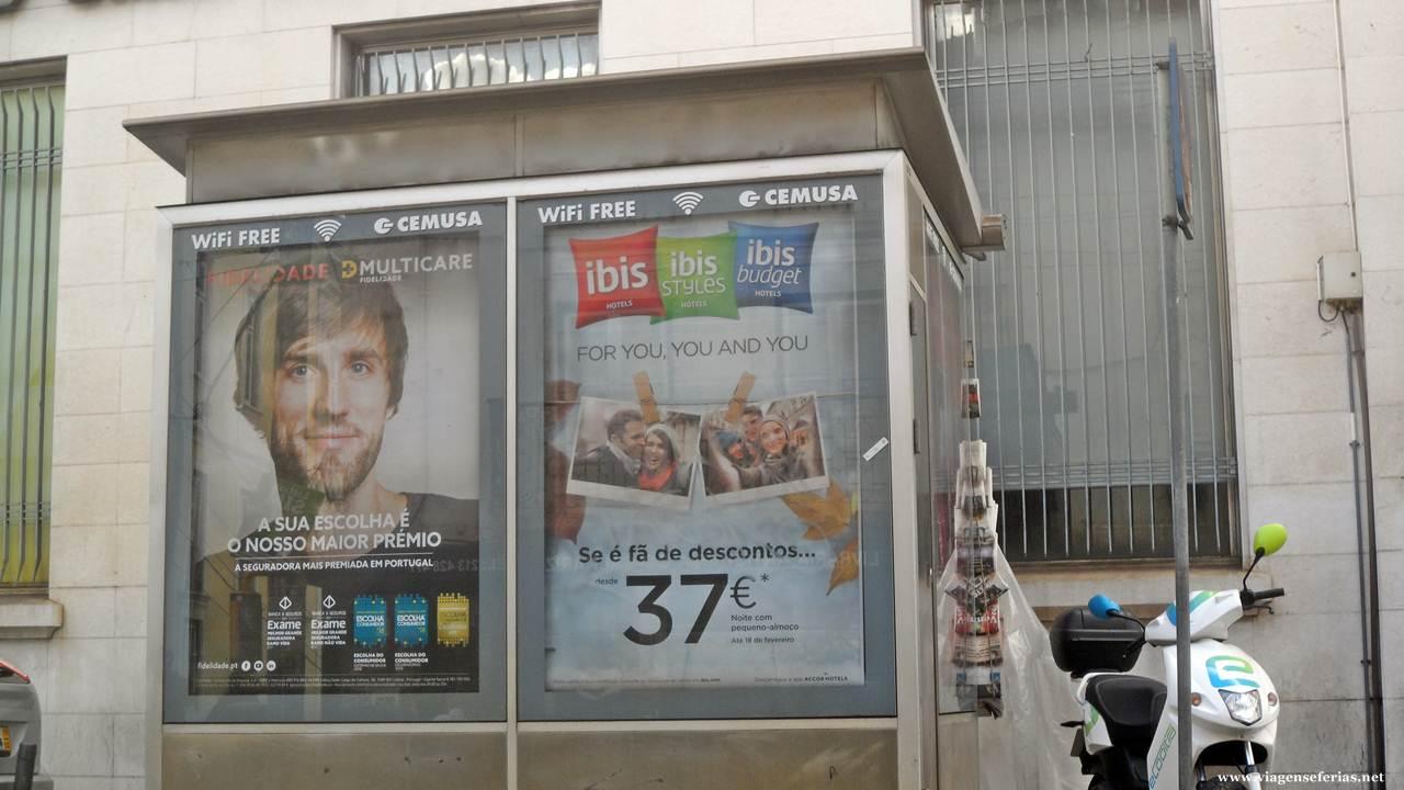 Campanha de promoções da ibis num painel publicitário em Portugal